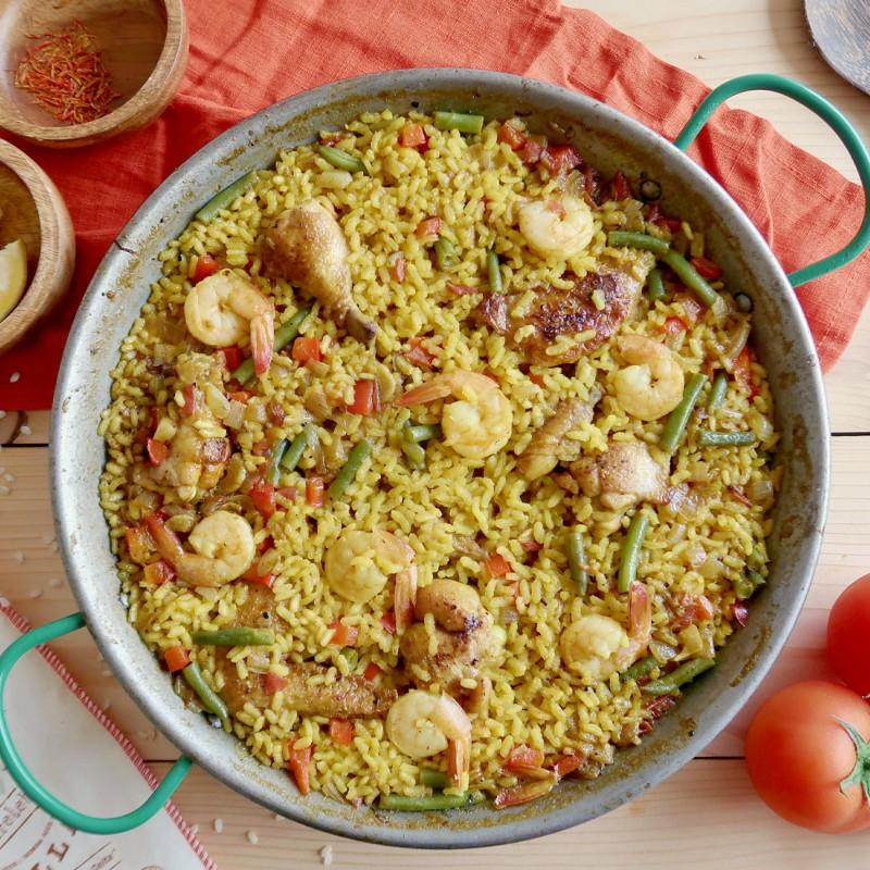 Španělská paella: šafránová rýže s kuřecím masem a krevetami