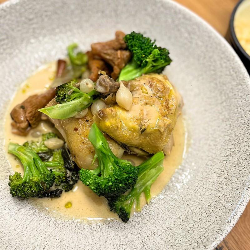 Dušené jarní kuře v omáčce s liškami, perlovými cibulkami a Ryzlinkem