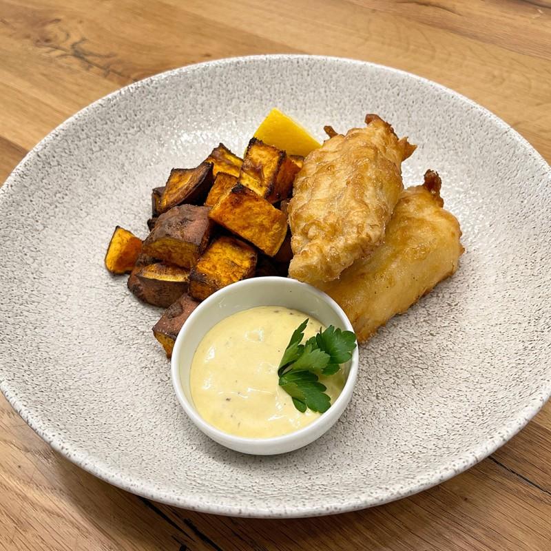 Fish and chips v těstíčku z černého piva, s majonézou s ančovičkami  a pikantními batáty